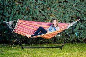 Relax, divertimento e arredamento con un solo complemento: l'amaca da giardino!