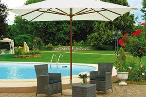 Come arredare la zona piscina in giardino o in terrazzo: gli elementi che non possono mancare