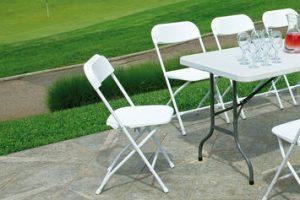 Sedie in plastica dal design moderno: 5 complementi per spazi interni ed esterni
