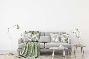 """Come pulire un divano in tessuto: 3 """"rimedi della nonna"""" più uno"""